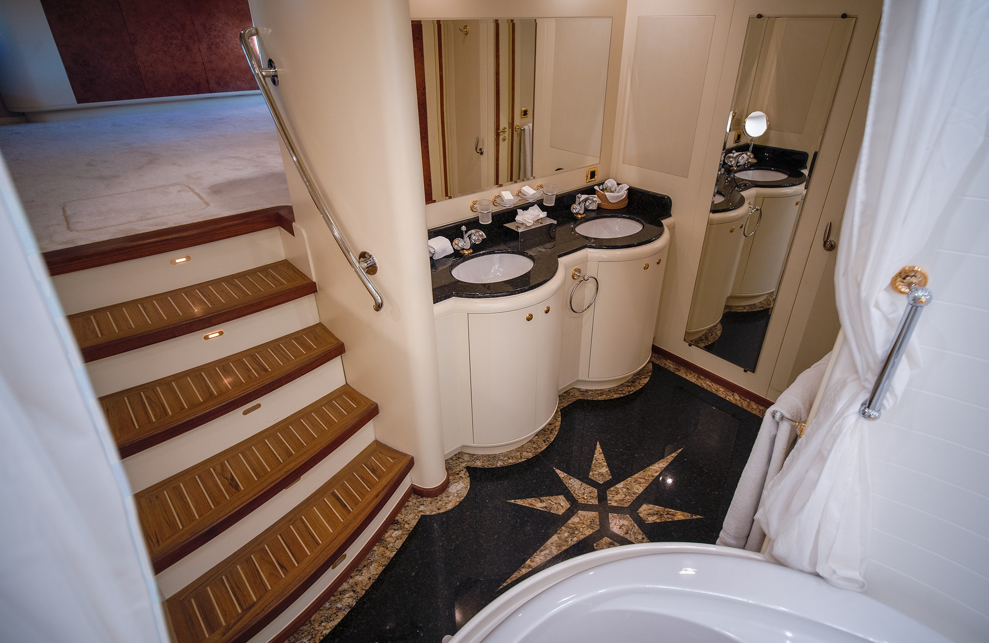 Master with en suite with a Jacuzzi